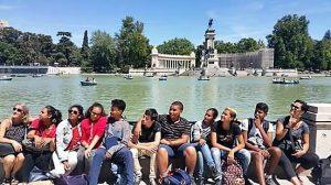 Voyage scolaire à Madrid: groupe d´étudiants au parc du Retiro