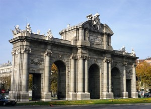 Homestay for travelers : Puerta de Alcalá (old entrance of the city) in Independance Square