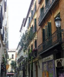 Madrid Espagne: Ruelle du centre de Madrid avec façades et balcons caractéristiques