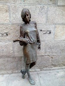 "Madrid Quiz: Statue of ""Julia"", Pez Street"