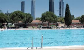 Madrid beaches: ourdoor pool with a view over the four towers