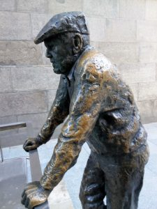 "Madrid Quiz: the ""Vecino Curioso"" statue"