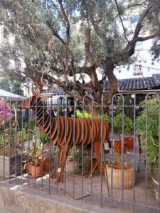 "Madrid Quiz: metallic deer of the flowers shop ""El Jardín del Angel"""