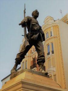 Nuestro juego Madrid Quiz: etatua de Eloy Gonzalo, soldado con una antorcha en la mano y un fusil al hombro