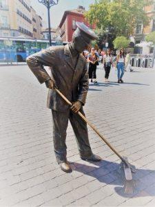 Nuestro juego Madrid Quiz: estatua del barrendero en Plaza Jacinto Benavente