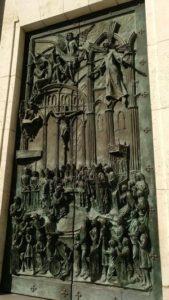 Nuestro juego Madrid Quiz: Puerta principal de la Catedral de La Almudena
