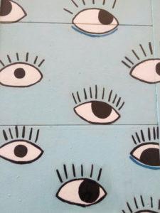 Nuestro juego Madrid Quiz: pintura mural con ojos abiertos sobre fondo azul