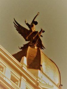 Nuestro juego Madrid Quiz: estatua del Fénix en Gran Vía 32
