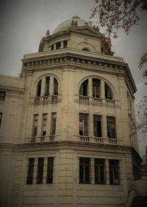 Nuestro juego Madrid Quiz: fachada de uno de los edificios abandonados de la estación de Príncipe Pío