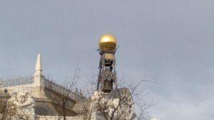Nuestro juego Madrid Quiz: bola de oro que adorna el ángulo del tejado del Banco de España, frente a la Plaza de Cibeles